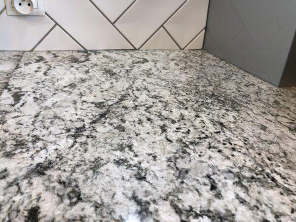 White Exodus granit na blat kuchenny