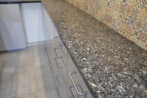 Silver Pearl granit na blatach kuchennych